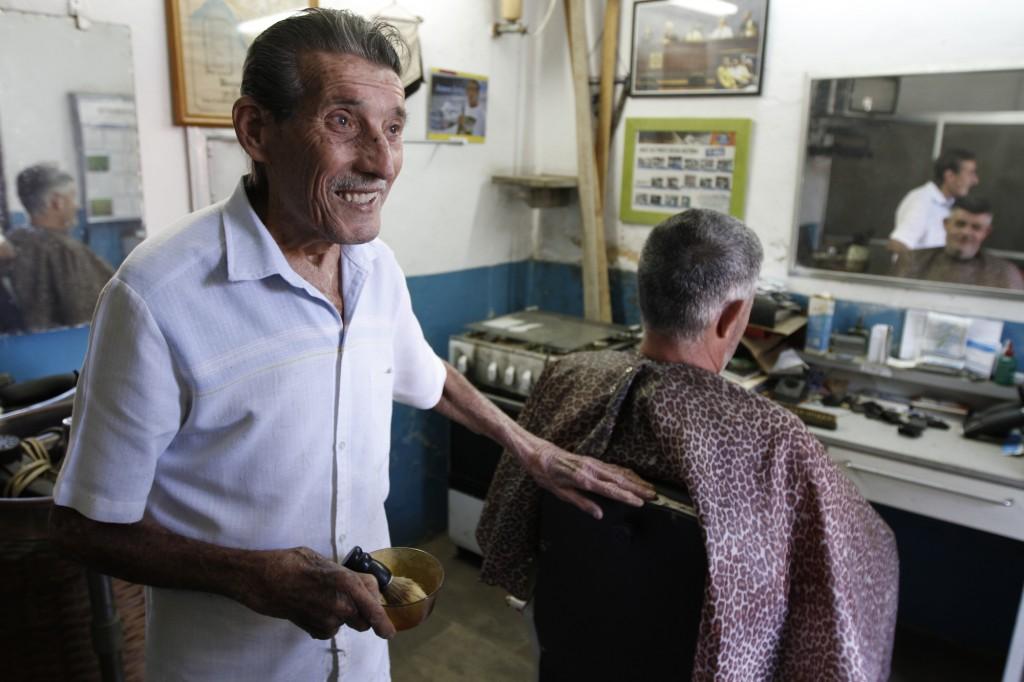 Seo Rubens, na barbearia: sempre remando com a esperança (Foto Adriano Rosa)