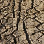 A terra seca é um cenário visto hoje em grande parte do Brasil (Foto Adriano Rosa)