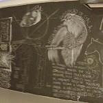 Como em um quadro negro, as reflexões em giz dos artistas: o trabalho continua o mesmo? (Fotos José Pedro Martins)