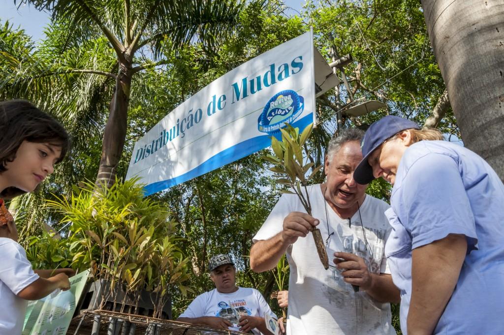 O agrônomo José Carlos Perdigão, da Jaguatibaia, entregou mudas de árvores e falou sobre importância das matas ciliares