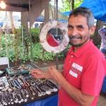 Eduardo Castro, exemplo da mistura de culturas na Feira de Artesanato do Centro de Convivência (Foto José Pedro S. Martins)
