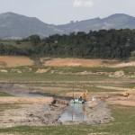 Cena de retirada de água do Volume Morto do Cantareira, em novembro de 2014: regiões de São Paulo e Campinas perto da tragédia (Foto Adriano Rosa)