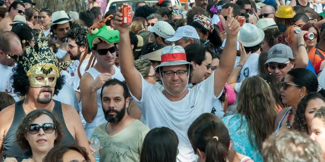 Vibração, história e alegria no desfile do Nem Sangue nem Areia pela Vila Industrial