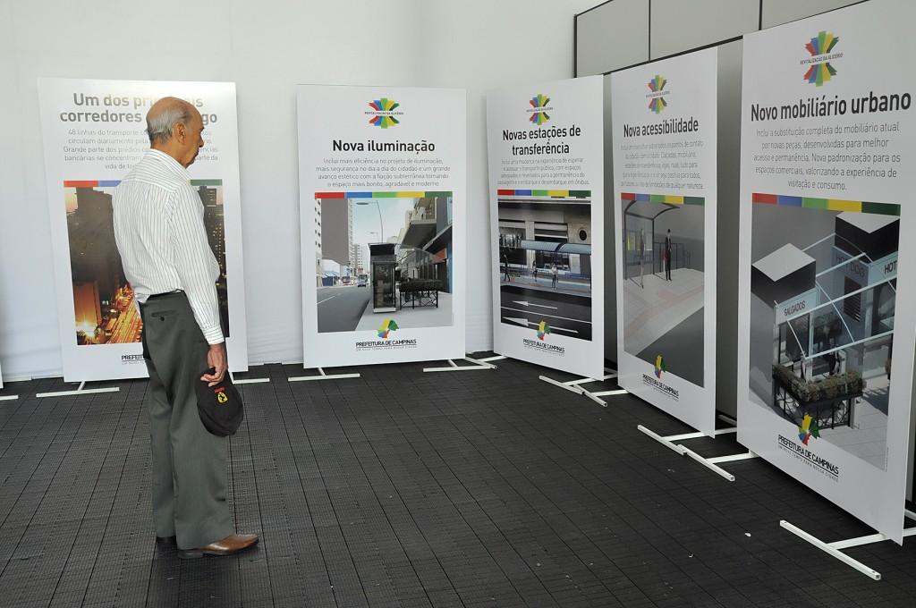 Um estande na praça frente ao Palácio da Justiça contém informações sobre o projeto