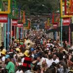 Ruas do centro histórico de Paraitinga ficam cobertas de foliões nos cinco dias de Carnaval de raiz (Ensaio fotográfico de Adriano Rosa)