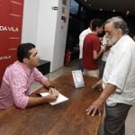 Fernando Moraes em sessão de autógrafos de um de seus livros (Foto Adriano Rosa)