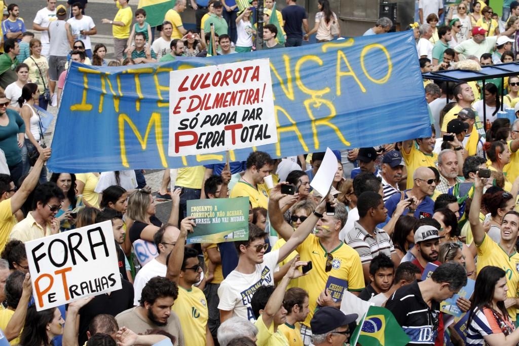 Foram vários cartazes pedindo a volta dos militares ao poder (Foto Adriano Rosa)