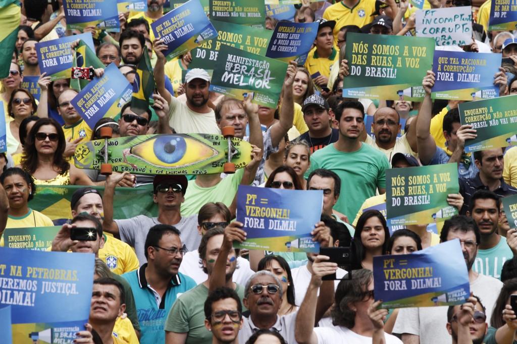 Muitas referências negativas ao PT: manifestantes foram incisivos (Foto Adriano Rosa)