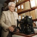 Marino Ziggiatti e o projetor Pathé: mais de 400 filmes exibidos pelo Departamento de Cinema do CCLA (Fotos Adriano Rosa)