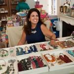 """A organizadora Inah Velloso também produz as peças que vende no """"Mais que um bazar"""": acessórios com pedras naturais e design exclusivo"""