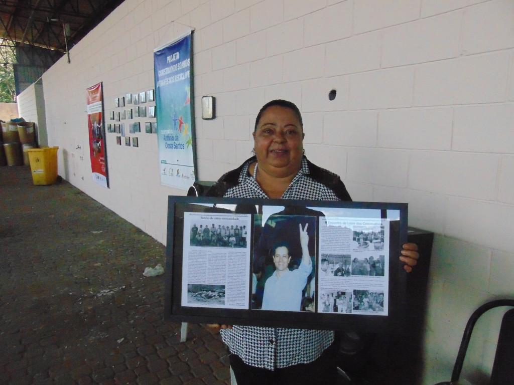 Aparecida de Fátima Assis e o quadro com a homenagem ao ex-prefeito de Campinas