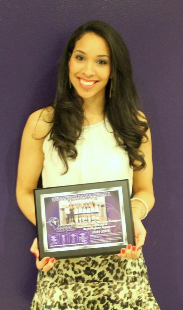 Michele e um dos prêmios conquistados nos Estados Unidos (Foto Arquivo Pessoal)