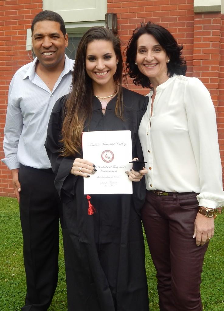 Caroline com os pais na formatura: agora será a vez de Michele estar com eles (Foto Arquivo Pessoal)