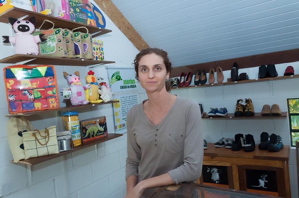 Os sapatos, livros, roupas, brinquedos e cosméticos comercializados no 'Como?' são produzidos com matéria-prima sem origem animal, de acordo com a proposta da sócia Maria Castelhano