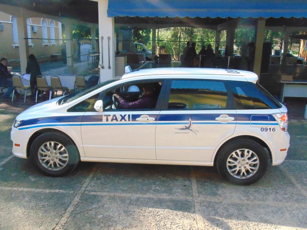 Um dos táxis elétricos que já circulam pelas ruas de Campinas