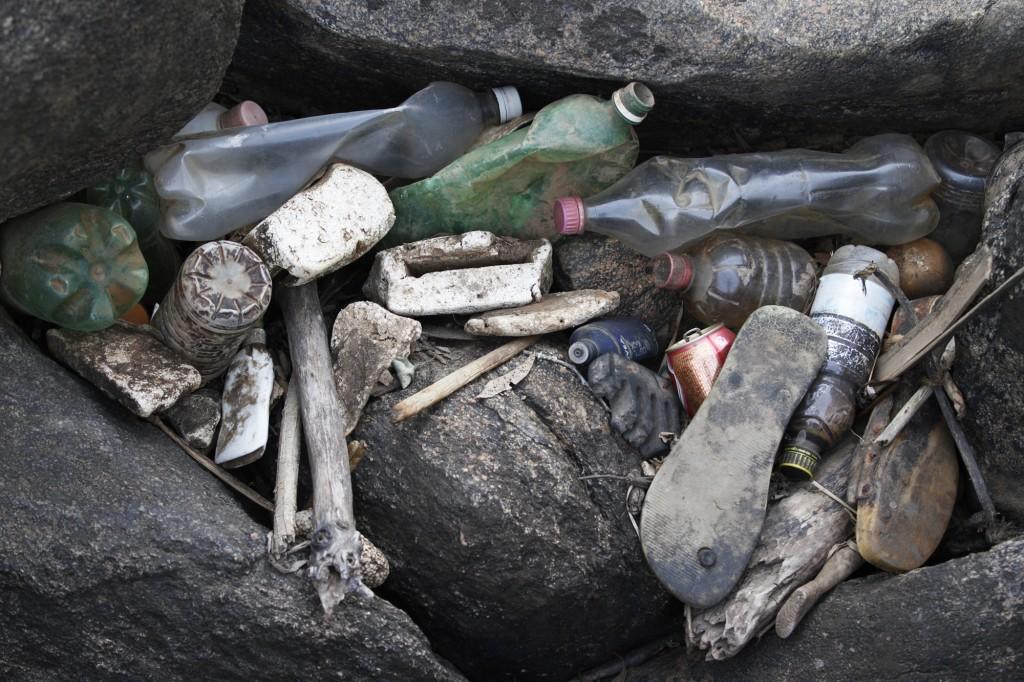 Lixo acumulado no rio Atibaia: descaso continua
