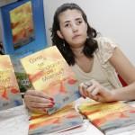 Amanda Novo Nascimento e o livro  lançado em Campinas e em Pernambuco (Foto Adriano Rosa)