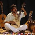 João Arruda e seus instrumentos, companheiros de viagem musical (Foto Adriano Rosa)