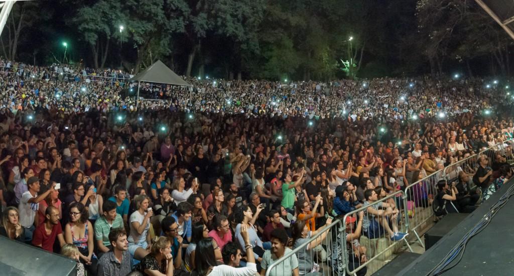 Enorme e diversificado público lotou a Concha Acústica para apreciar a mistura fina do popular e o erudito