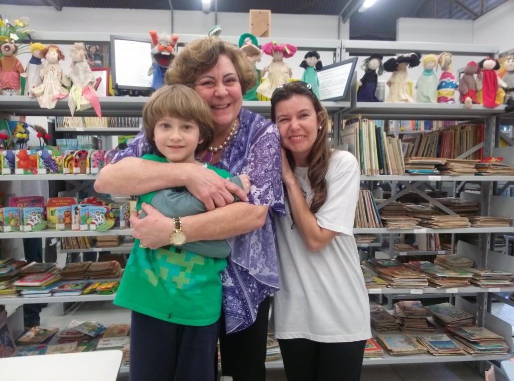 Ricardo, de 8 anos, conheceu muitos livros e gibis apresentados por Márcia, que fez o mesmo com Andrea, mãe de Ricardo