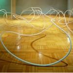 Conjunto de arcos em aço tubular, instalação sem título feita em material rígido que ganhou a fluidez da obra de Tomie Ohtake, em exposição em Campinas   (Foto: Divulgação)