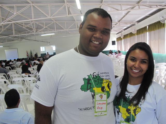 Leandro e Camila, alunos da UNIP: por maior participação dos jovens