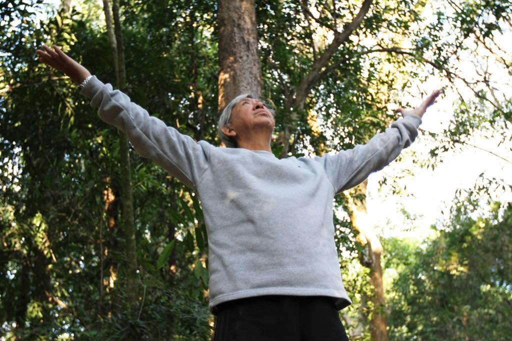 """""""O nosso corpo é uma rede elétrica, circundada por meridianos por onde circula a energia vital, o Chi. Os exercícios fazem fluir essa energia"""", explica Nelson Iba    Foto: Adriano Rosa"""