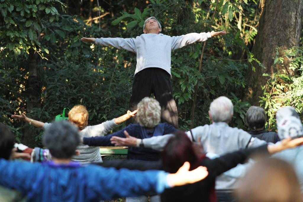 Os exercícios são simples e podem ser praticados por pessoas de todas as idades; no Bosque dos Jequitibás, não há inscrição, basta chegar e começar a fazer  Foto: Adriano Rosa