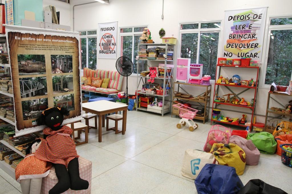 A biblioteca possui um acervo de mais de 4.400 livros, além de gibis, discos, brinquedos e jogos  Foto: Adriano Rosa
