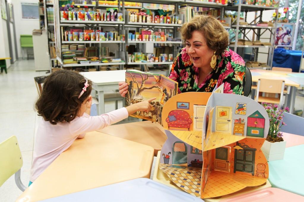 """Márcia definiu como desafio fazer com que as crianças tivessem algum tipo de emoção na biblioteca, uma experiência marcante, e começou a contar estórias: """"A criança quando vem não quer entrar, depois ela não quer sair""""   Foto: Adriano Rosa"""