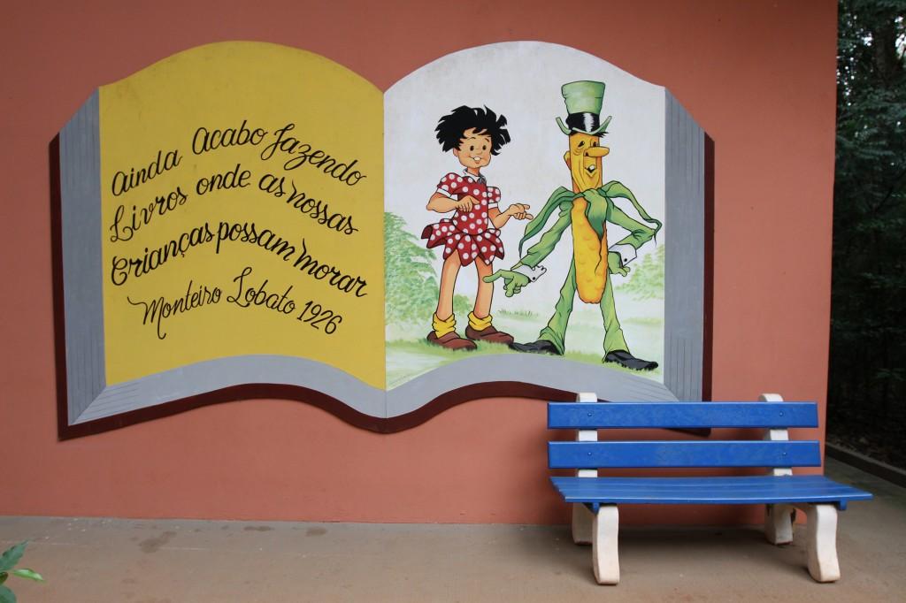 Na entrada, o visitante já se depara com a 'sugestão' de Monteiro Lobato, autor que dá nome à biblioteca pública instalada no Bosque dos Italianos  Foto: Adriano Rosa