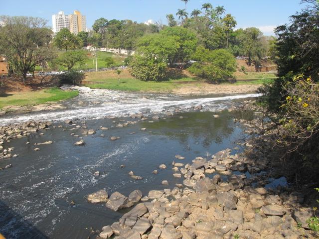 Rio Piracicaba quase seco: crise hídrica continua ameaçando região