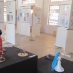 Salãozinho tem desenhos e pequenas esculturas: a nova linguagem do humor (Foto José Pedro Martins)