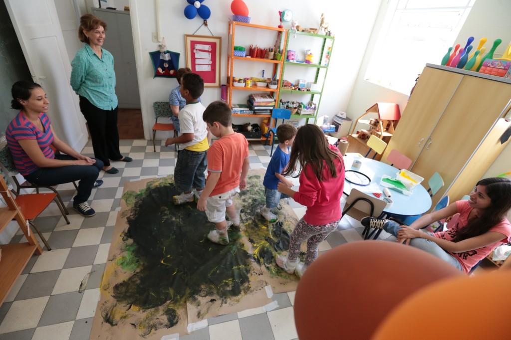 """A psicóloga e terapeuta familiar Maria Isabel Penteado (de camisa verde) lembra que o projeto surgiu quando filhas e netas de vítimas do SOS Ação Mulher apresentaram o mesmo padrão de violência familiar: """"Foi quando decidimos intervir com as crianças""""  (Fotos: Adriano Rosa)"""