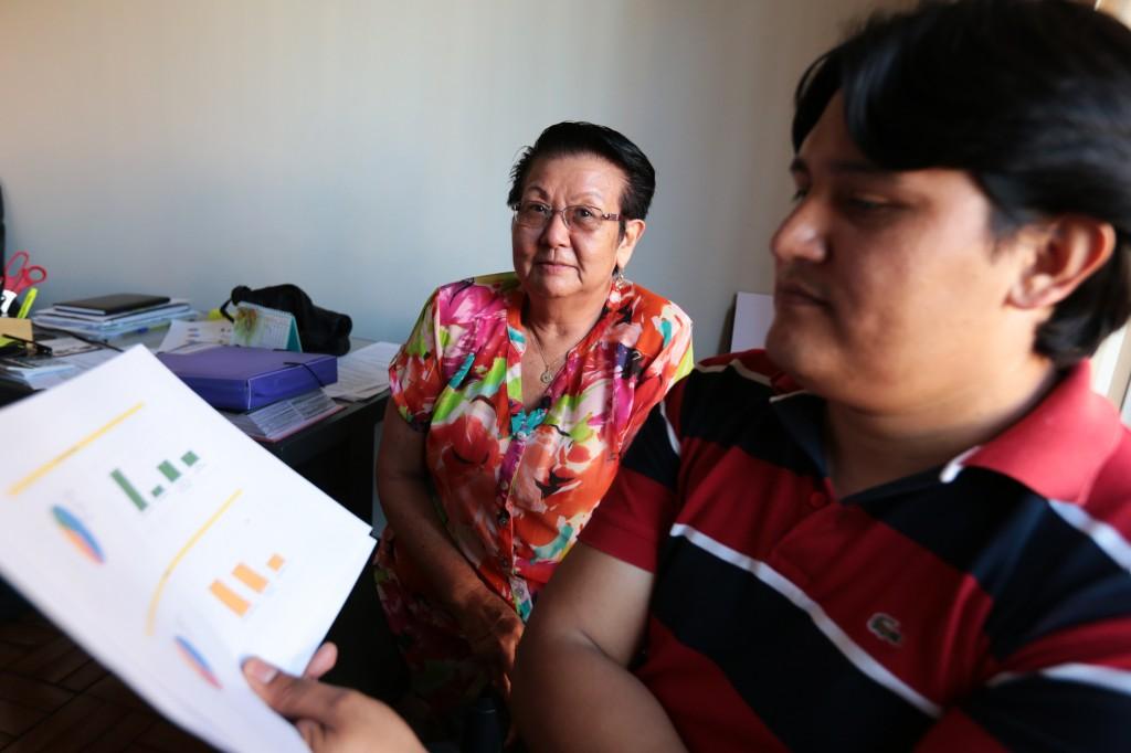 Aos 70 anos, a fisioterapeuta Terezinha é voluntária há mais de 30 anos porque acredita que uma sociedade feliz precisa se ajudar; ela já passou por dificuldades e contou com a ajuda voluntária que mudou sua vida, hoje se deica ao abrigo, ao lado do boliviano Naider que coordena os trabalhos da casa   (Fotos: Adriano Rosa)
