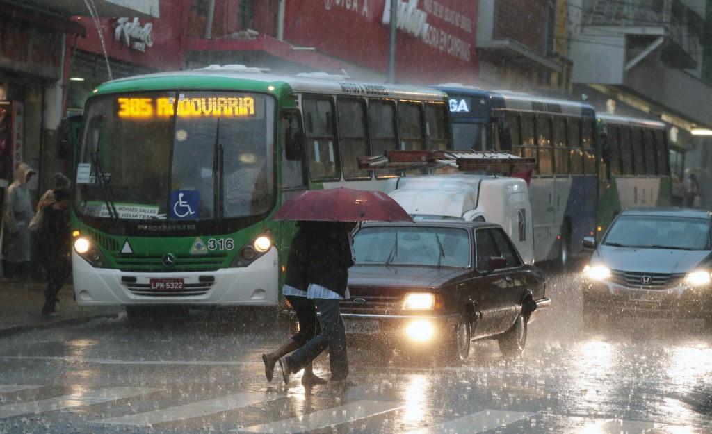 Chuva no centro de Campinas: sociedade civil tem procurado influenciar no rumo das negociações climáticas (Foto Adriano Rosa)