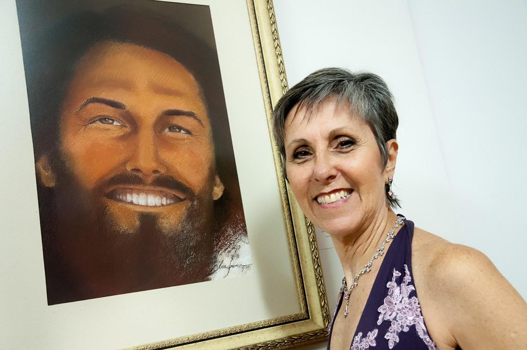 Lisa França e seu Cristo sorridente (Foto Martinho Caires)