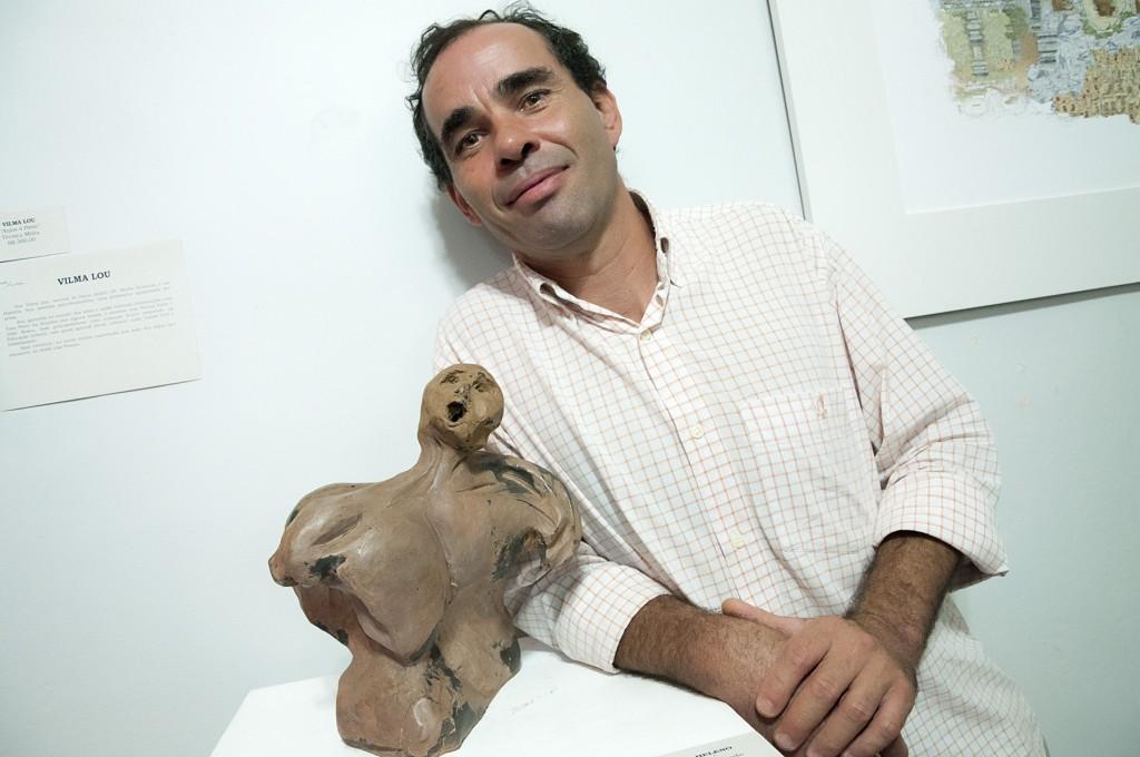 Gomes Heleno e sua escultura (Foto Martinho Caires)