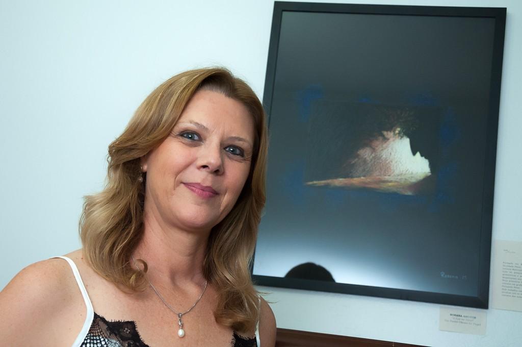 Rosana Amorim e sua obra (Foto Martinho Caires)