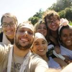 Da esquerda pra direita, em primeiro plano: Juliana Eiras, o diretor Miguel Atênsia, Júlia Vilar; atrás Letícia Ruiz, Bruno Almeida e Priscila Matos, em retiro na Vila Yamaguishi (Foto Divulgação)