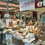 As voluntárias Márcia Camargo e Edna Silva, da Morada Espírita Professor Lairi Hans, que comercializa produtos artesanais no Balcão da Cidadania do Parque D. Pedro Shopping (Fotos: Martinho Caires)