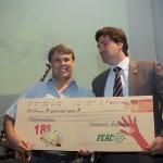 Adriano Rosa recebe o prêmio das mãos do vice-prefeito Henrique Magalhães Teixeira (Foto Martinho Caires)
