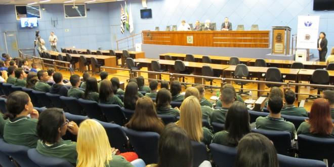 """Reorganização de escolas: professor da Unicamp lamenta ver """"polícia bater em criança"""" no lugar de diálogo"""