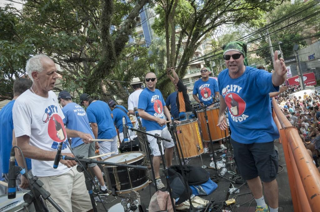 Ding Dong entre os músicos que comandaram o rico repertório (Foto Martinho Caires)