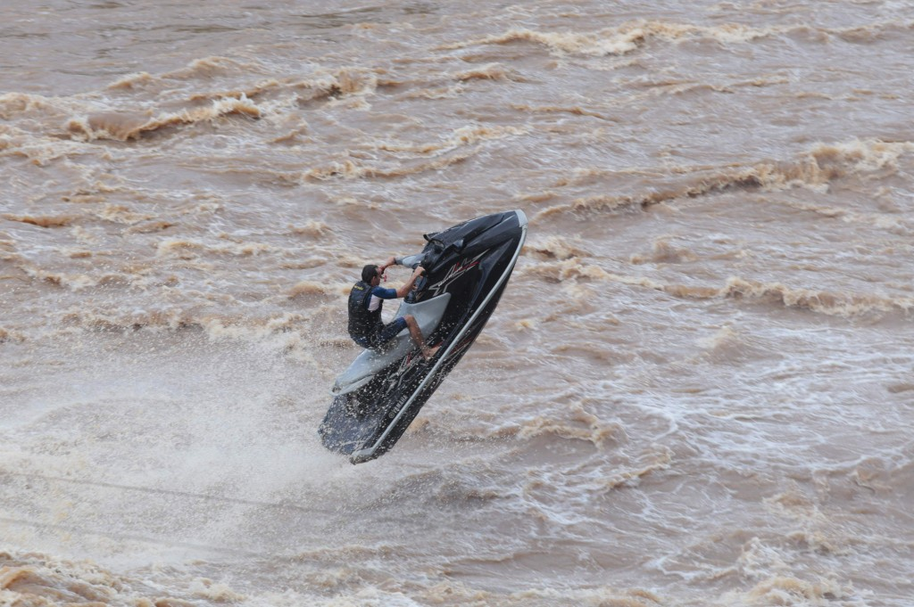 Praticantes de Jet Ski entre os que enfrentam as correntezas do rio Piracicaba cheio, em janeiro de 2016 (Foto Adriano Rosa)