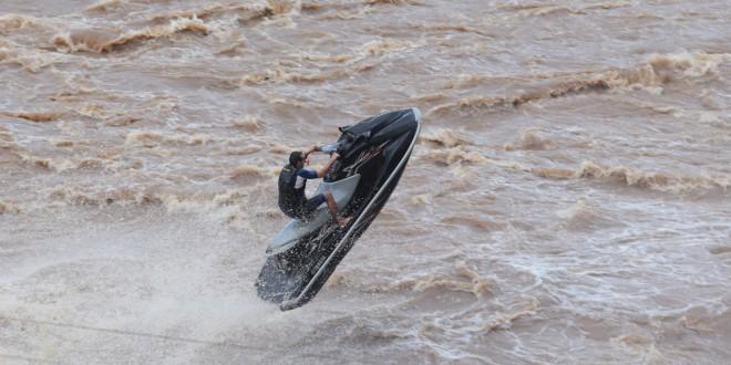 O flerte com o perigo nas fortes correntezas do rio Piracicaba