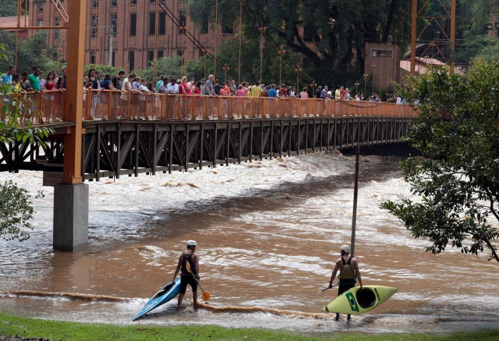Atletas da canoagem se preparam para encarar a vazão histórica no rio Piracicaba (Foto Adriano Rosa)