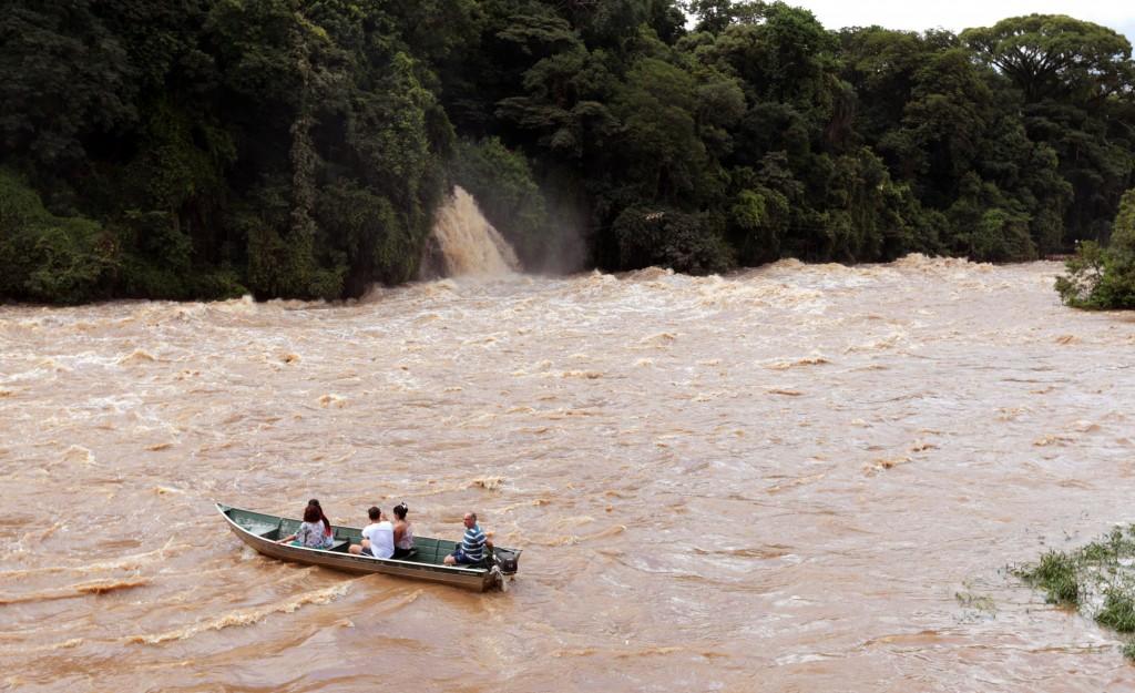 As viagens de barco continuam no rio Piracicaba cheio (Foto Adriano Rosa)