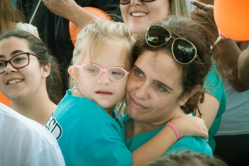 A jornalista Marta Avancini e sua filha Zoe participaram da Caminhada e assistiram às apresentações de dança e capoeira    Fotos: Martinho Caires