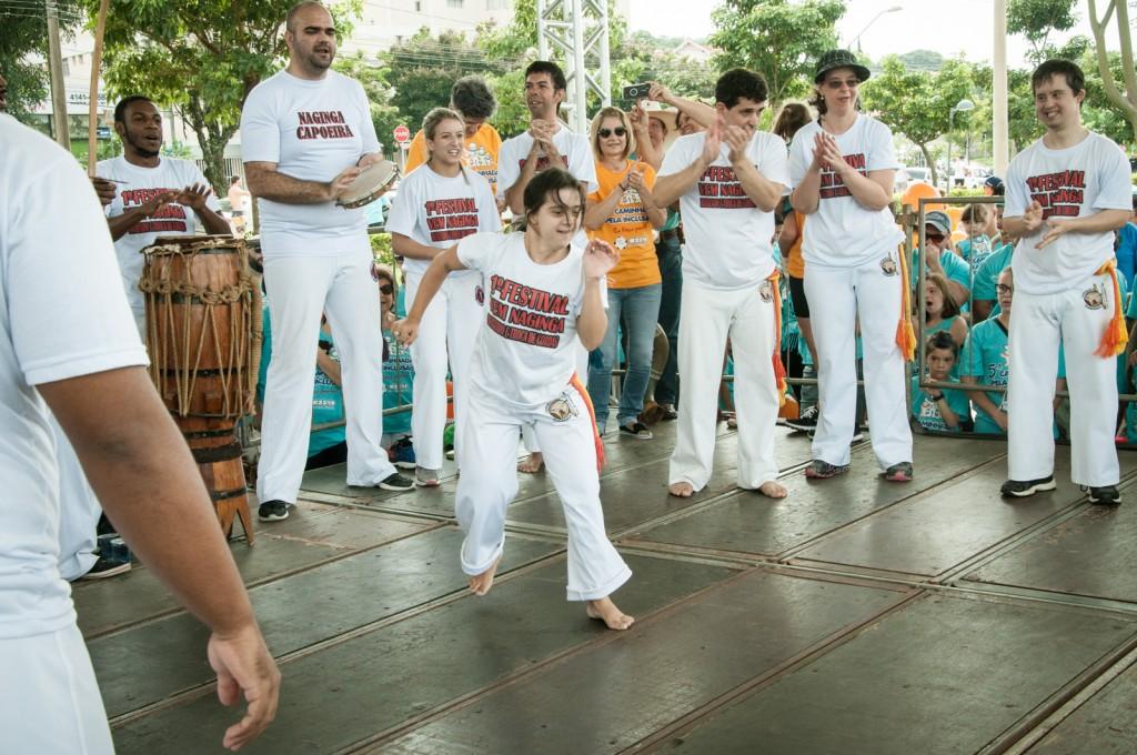 Apresentação de capoeira antes do início da Caminha pela Inclusão, que teve clima descontraído e reuniu centenas de famílias    Fotos: Martinho Caires